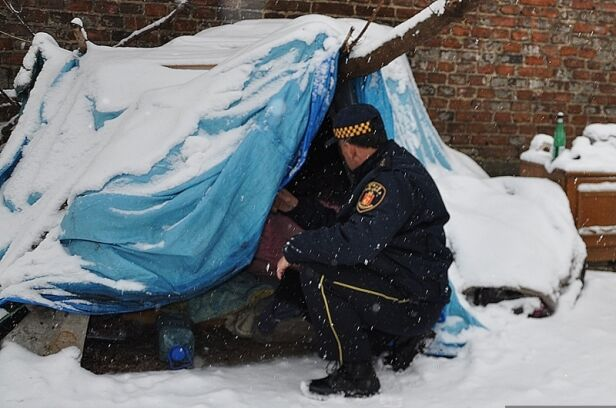 Strażnicy miejscy pomagają bezdomnym straż miejska