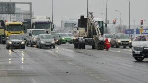 Zepsuta koparka utrudnia przejazd przez skrzyżowanie