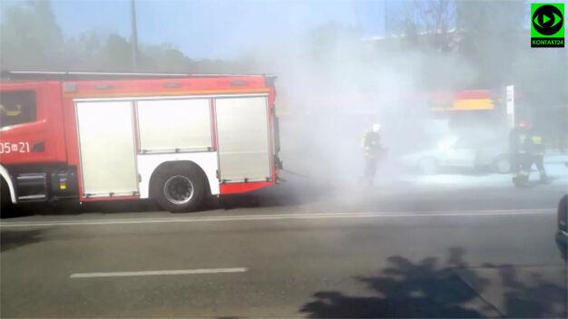 Pożar samochodu przy rondzie. Zapaliła się komora silnika