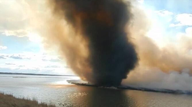 Ogniste tornado - wirujące płomienie i dym. Zobacz niezwykły film